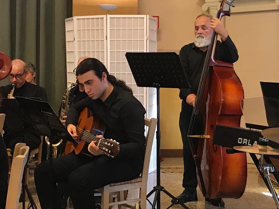 Giovani e adulti insieme in orchestra