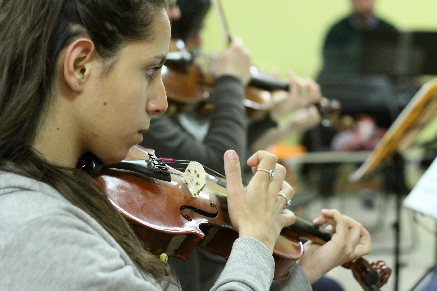 Scuola di Musica Roma   Una violinista dell'orchestra aperta all'Istituto musicale Corelli