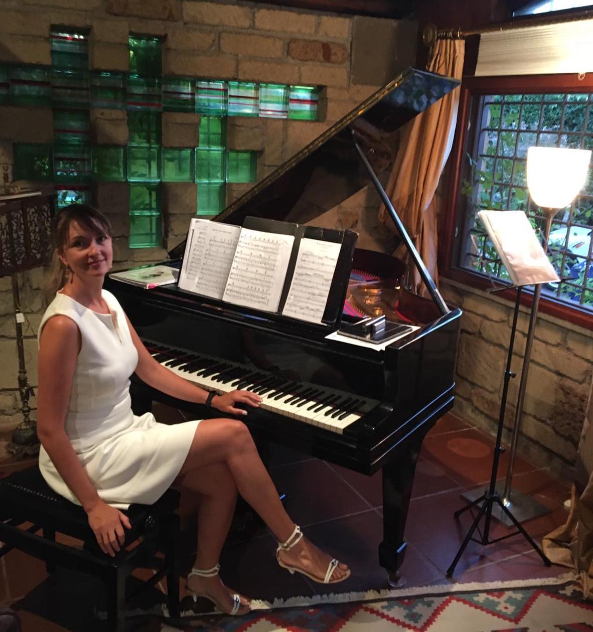 Insegnanti di musica   Erika Witzenmann al pianoforte
