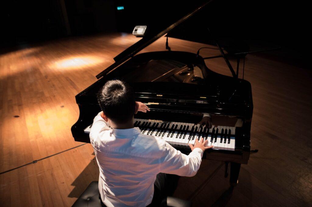 Lezioni di piano per principianti con elementi di fisiotecnica pianistica