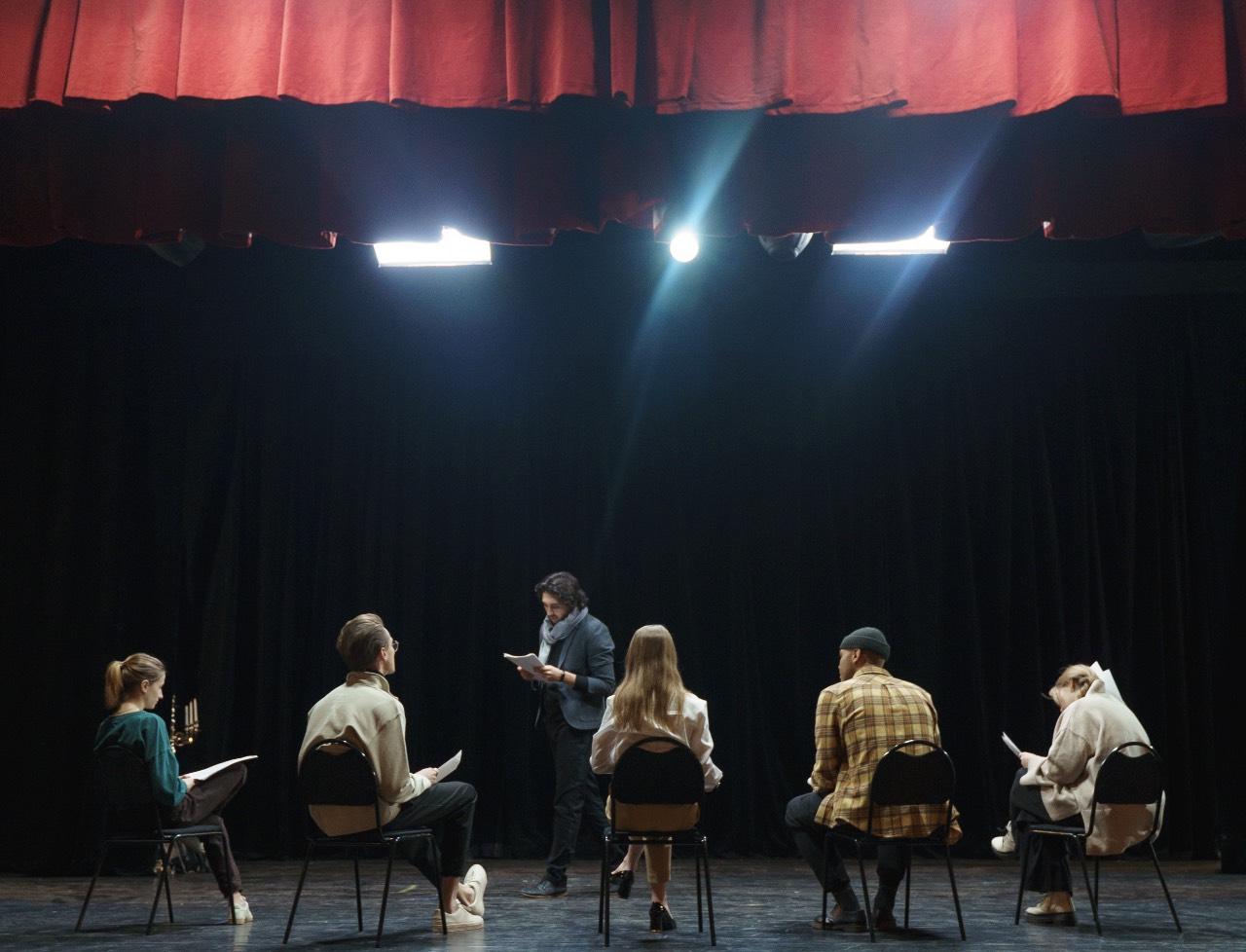 Laboratorio teatro giovanile foto di Cottonbro-6896181 pexels