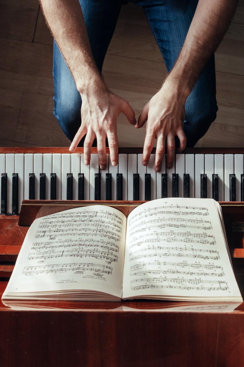 Studio del pianoforte e lettura delle note dal doppio pentagramma