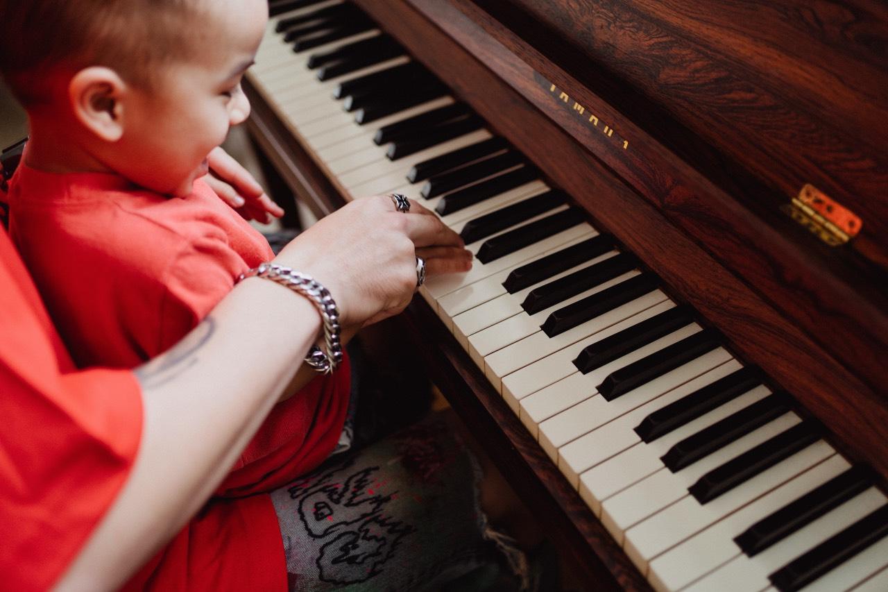 Studiare il pianoforte e ascoltare musica fin da bambini
