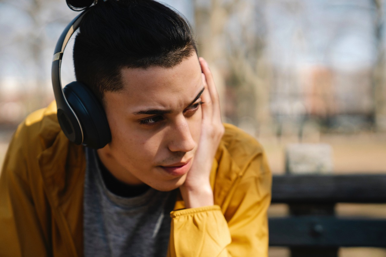 Rapporto espressivo tra musica e testo ragazzo che ascolta in cuffia